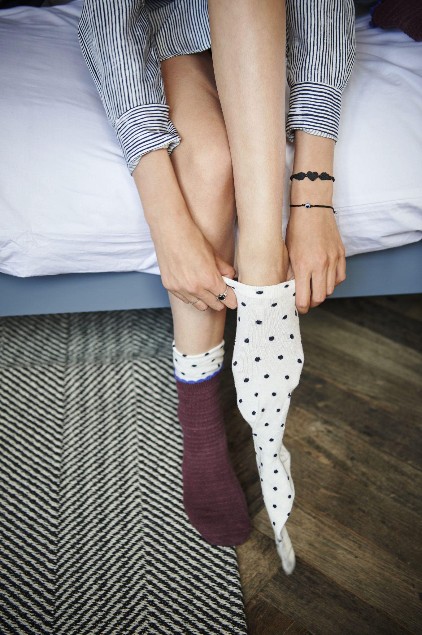 Socken im Bett anziehen